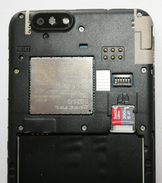 Kartenschacht: SIM und MicroSD-Karte